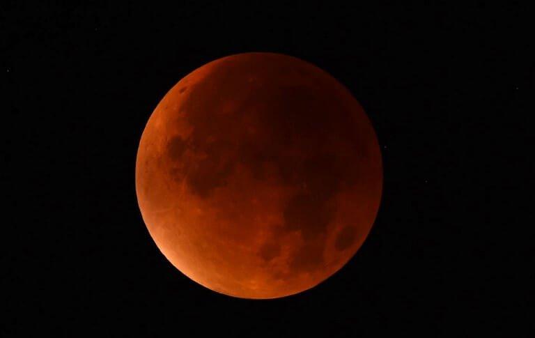 พระจันทร์สีแดง